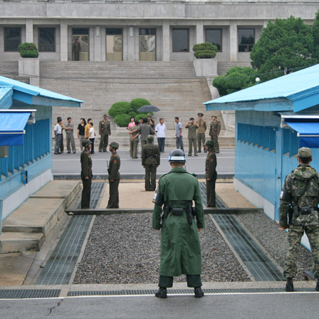 写真中央が南北の境界線 軍事停戦委員会会議場 韓国側にある自由の家 【非武装地帯】 板門店ツアー